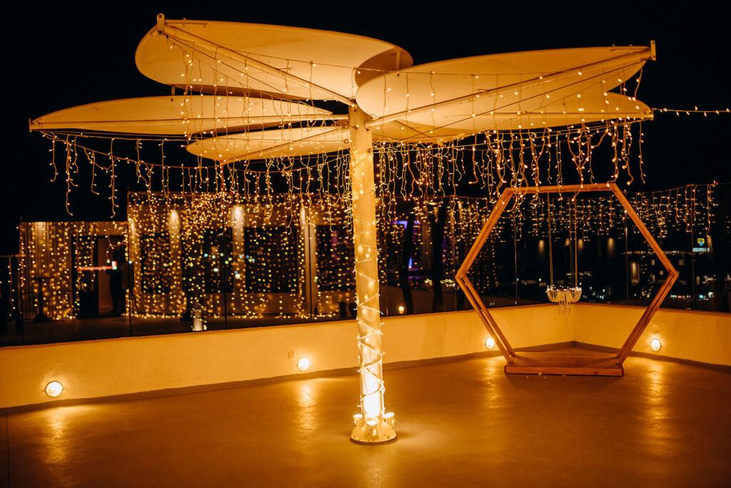 Свадебный декор и украшение гирляндами, фонариками на Санторини