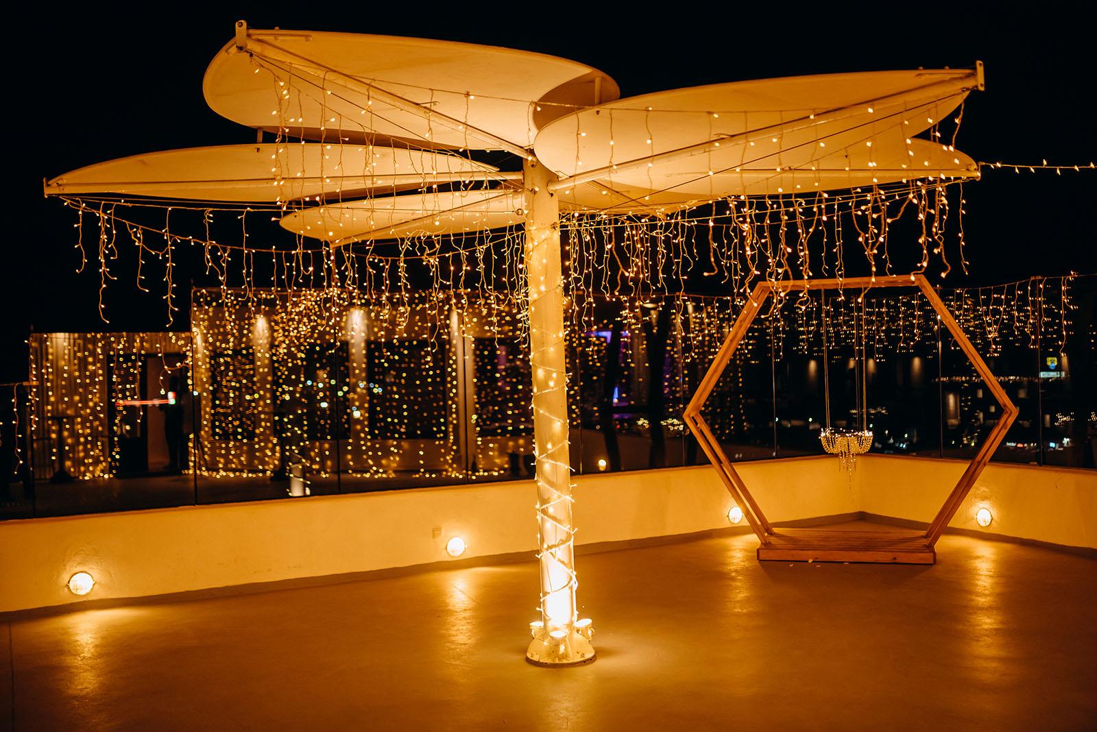 Декор, украшение гирляндами: свадьба на санторини, свадебное агентство Julia Veselova - Фото 3